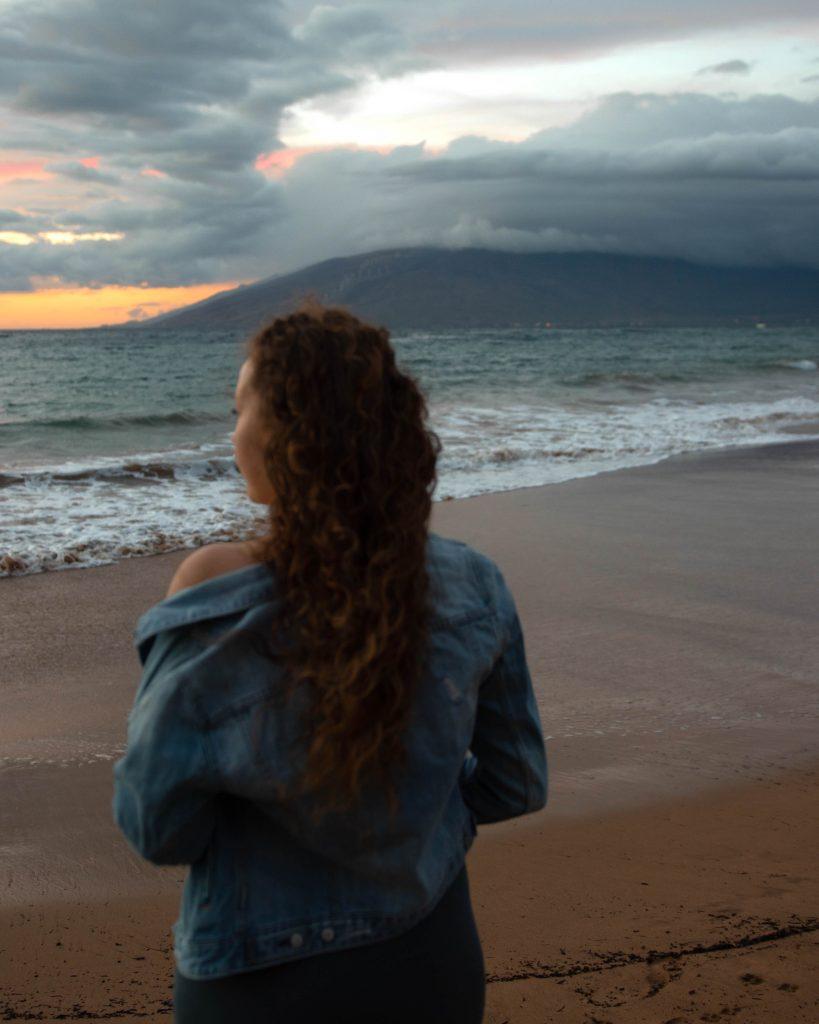 Hawaiian beach sunset photo idea (Maui Instagram spots)